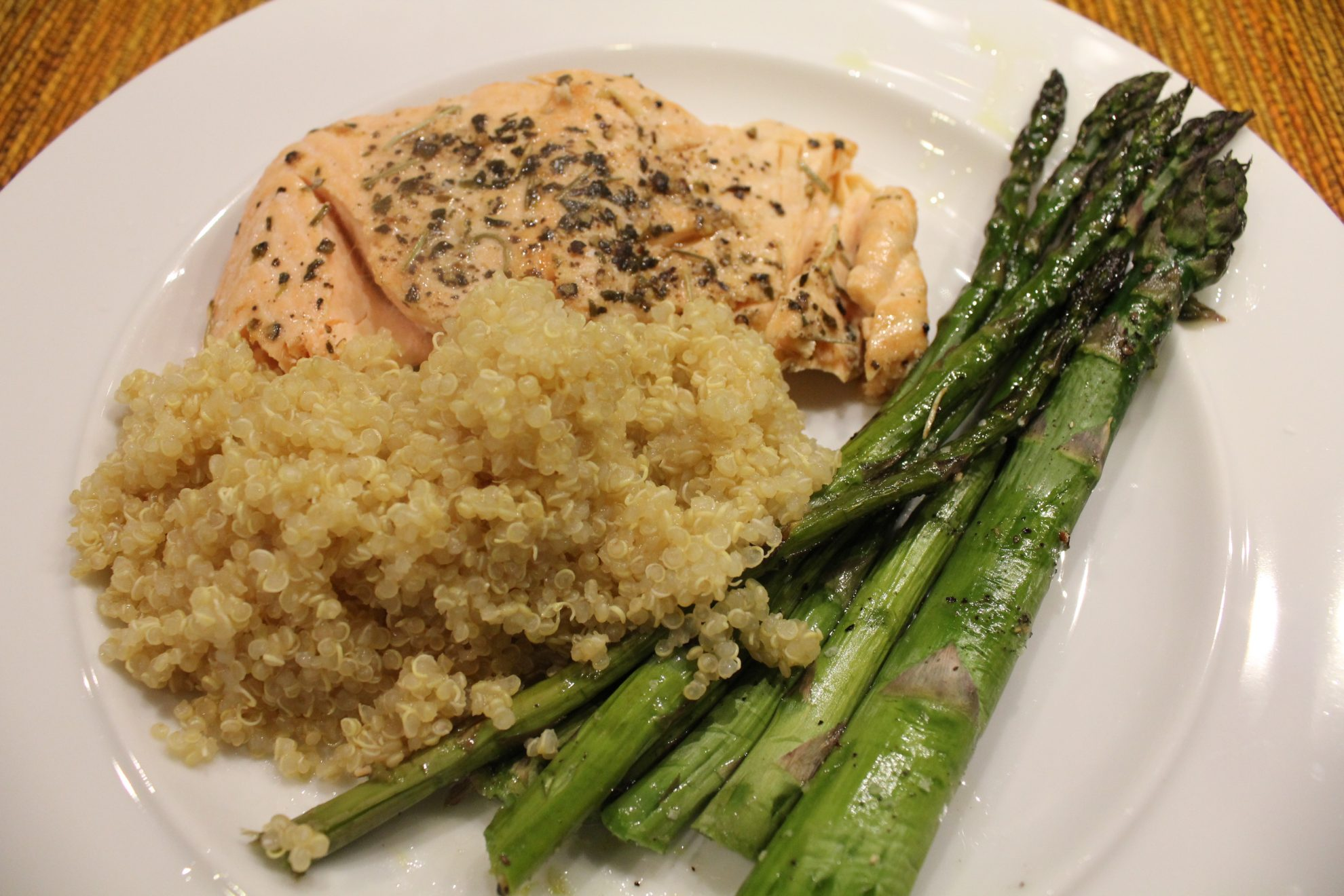 Simple quinoa recipe served with salmon and asparagus for Cuisine quinoa