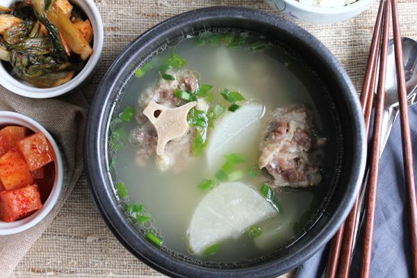 Korean Oxtail Soup - kkori gomtang main | HipFoodieMom.com