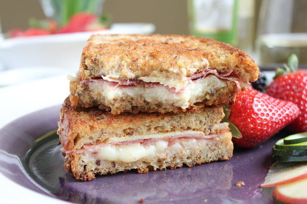 Apple Prosciutto and Gruyere Grilled Cheese_bite