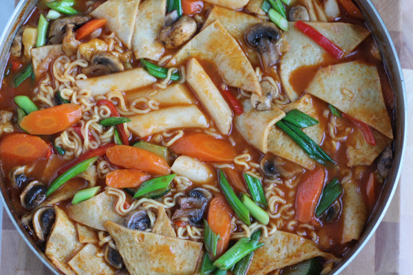 Dukbokki, or Korean Spicy Rice Cakes, is Korean comfort food at its best. Made with soft rice cakes, fish cake, a variety of vegetables and a sweet and spicy sauce, you've got to try this! #koreanfood #dukbokki #comfortfood