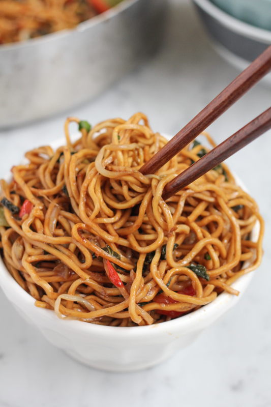 Quick, easy-to-follow and delicious Vegetarian Chow Mein! Make your favorite Chinese dish at home! #chinesefood #chowmein #chinesenewyear