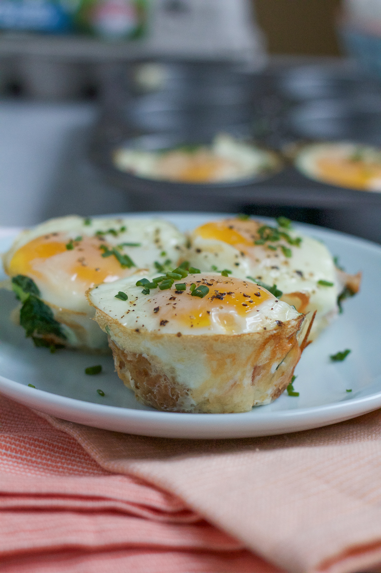 Baked Egg Tater Tot Muffins! Delicious, savory muffins packed with spinach, ham, crispy tater tots and a baked egg on top! Great for breakfast on the go! Your family is going to love these! #spon