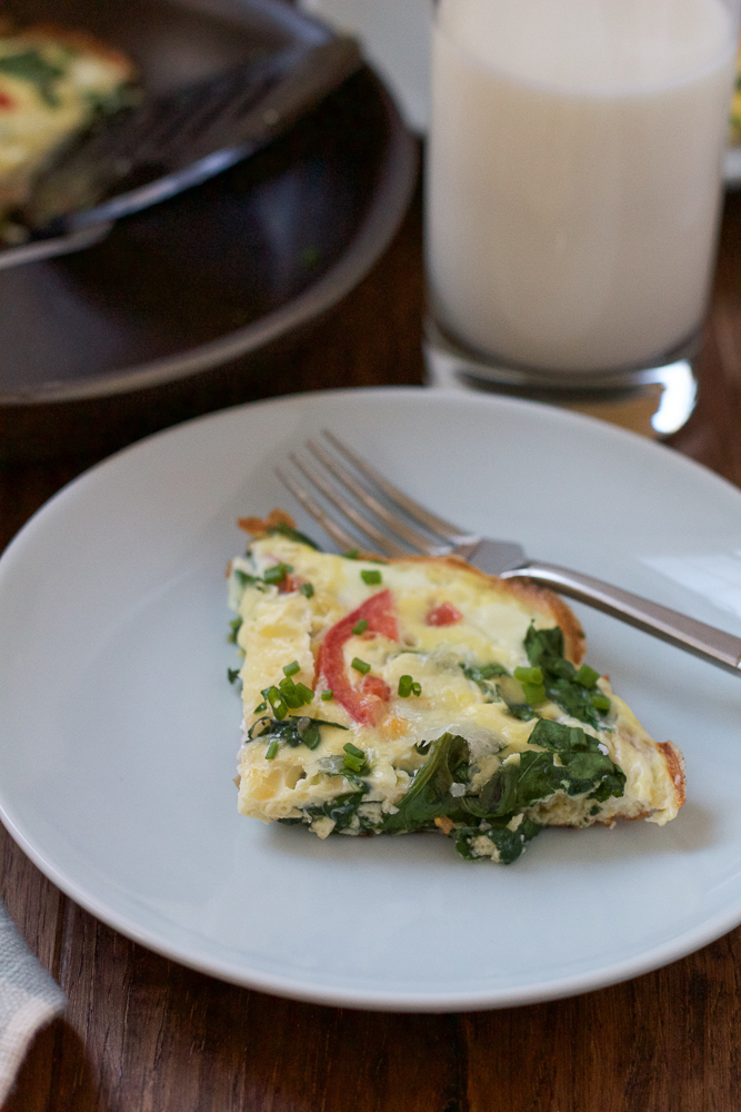 Veggie frittata packed with spinach, tomatoes & mushrooms. And with 32 grams of protein, including an 8-ounce glass of milk, this is the perfect way to start your day! #ad