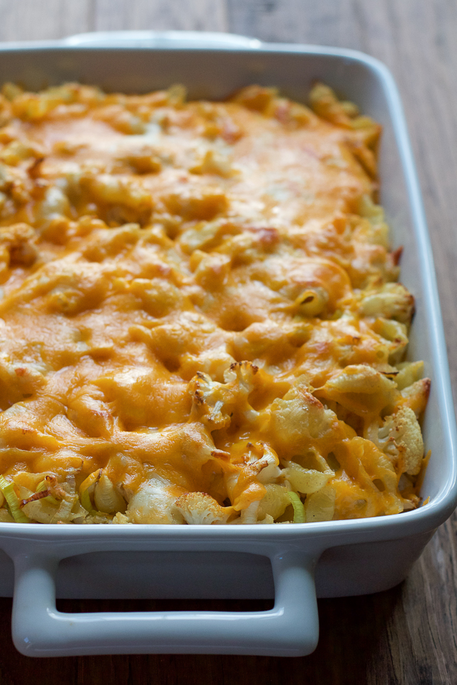Spicy Cauliflower Mac and Cheese! Loaded with three different cheeses, leeks and seasoned, roasted cauliflower, this baked mac and cheese is a cheese lover's dream! #ad